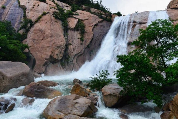 青岛连日降水让崂山各大水库蓄满 10余条瀑布齐发