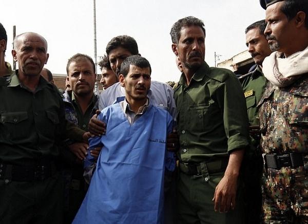 也门一恋童癖奸杀4岁女童被当街枪决挂尸示众