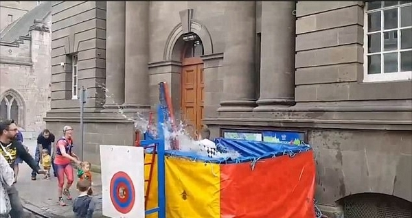 澳学步男童按住落水机关破坏街头滑稽表演秀