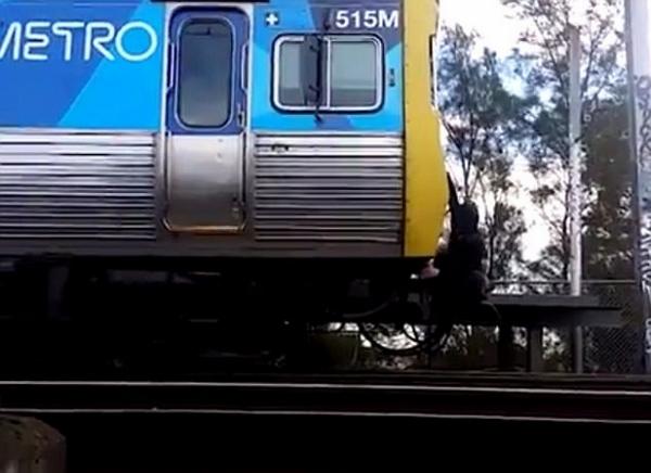 澳高中生紧抓高速行驶列车头秀高危惊险动作