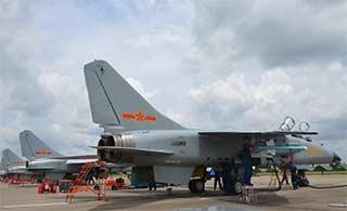 飞豹战机演练海上超低空突防