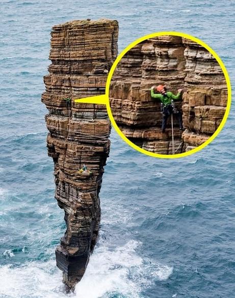 惊叹!英攀岩者勇敢攀登海中巨型石柱顶