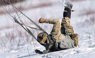 冰天雪地里美军进行跳伞训练