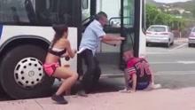 司机大叔与一对青年打架 裤子被扒仍与二人对打