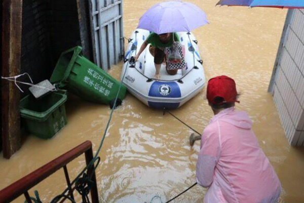 洪水袭击广西柳州 居民合伙买船出行