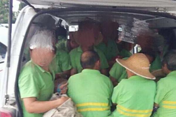 超载面包车被查 核载6人实载20人