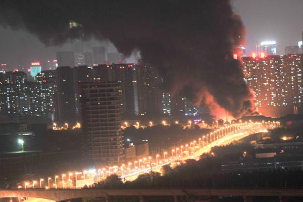 沈阳南京南街突发大火 现场浓烟滚滚