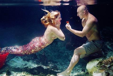 美男子为未婚妻准备浪漫美人鱼求婚