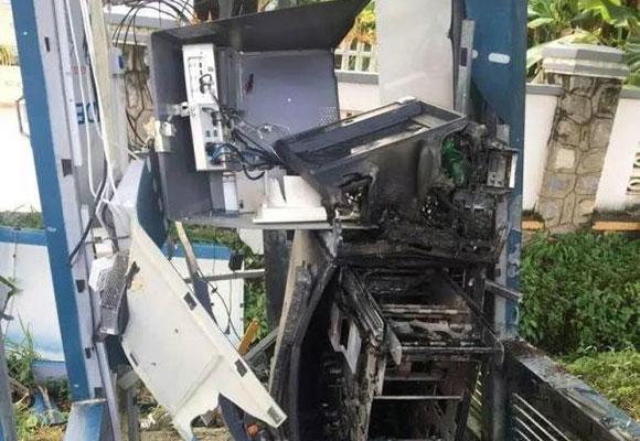 柬埔寨一男子炸烂提款机 抢走1万多美元