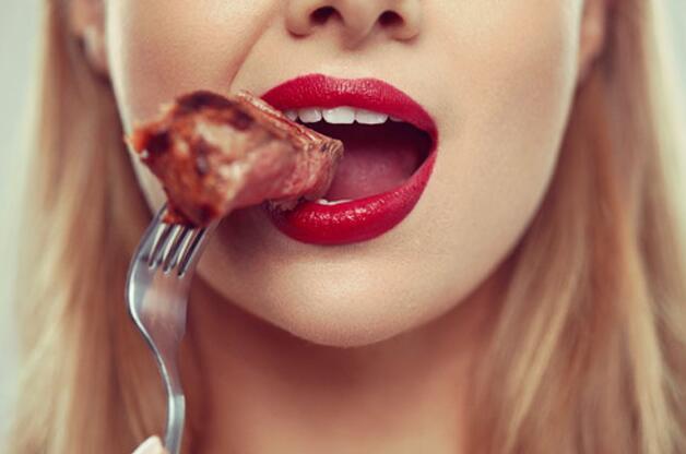 看到美味秒变吃货?日媒介绍3种方法教你摆脱暴饮暴食