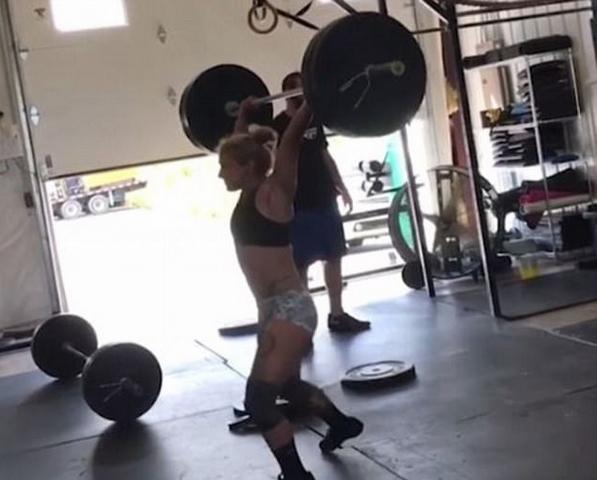 美国女健身者抓举杠铃时摔倒 险些砸碎肋骨