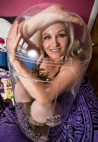 厉害了!英女子秀神技藏身于61厘米塑料罐中