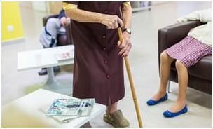 英国老人寿命延长护理需求飙升 护理所供不应求