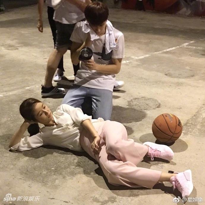 辣妈林心如坐篮球上甜笑 躺地拍照对墙劈一字马