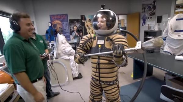 最新登月/火星宇航服:美女记者试穿过程太痛苦