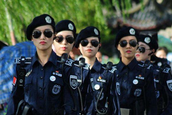 杭州西湖雨后游客爆棚 女子巡警英姿飒爽护航