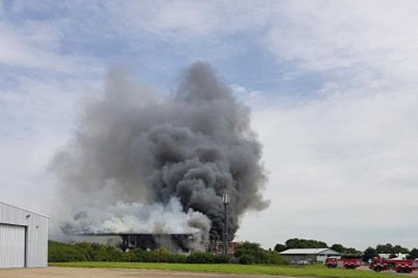 伦敦一机场附近发生爆炸 现场浓烟滚滚