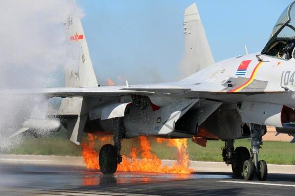 歼15起飞1分钟 撞鸟群引擎起火