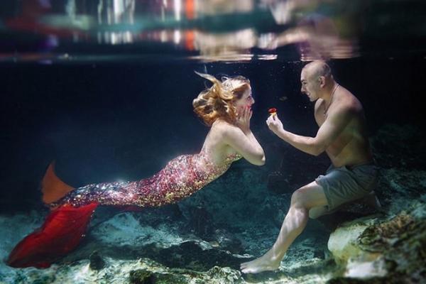 男子为未婚妻准备浪漫美人鱼求婚