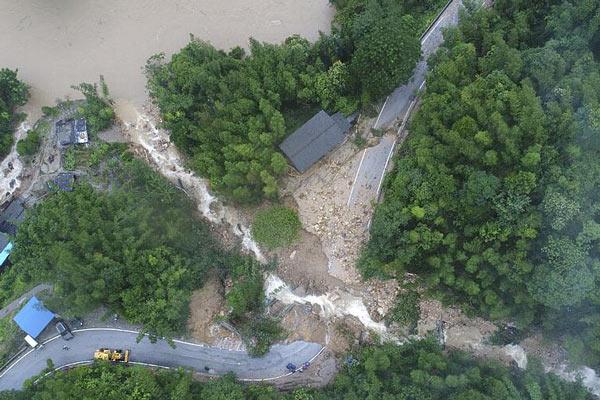 广西灵川遭强降雨袭击 山洪爆发道路中断