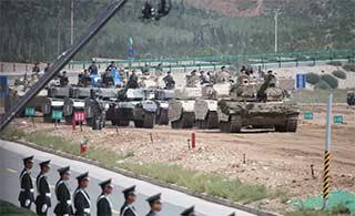装甲日坦克装甲车列队仿佛受阅