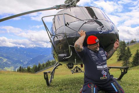 奥地利大力士扛起直升机半分钟破纪录