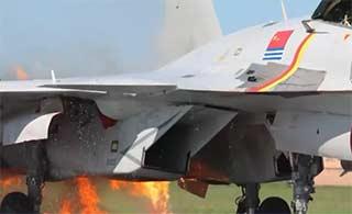 歼15战机撞鸟起火成功着陆