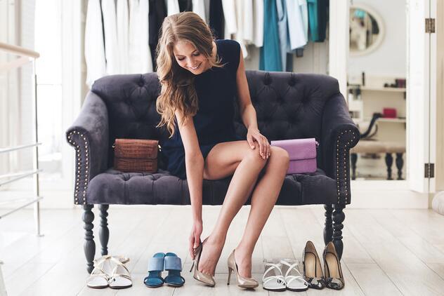 小小动作体现修养 女神脱鞋也优雅