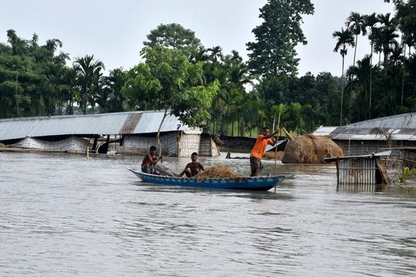 印度阿萨姆邦洪水泛滥 居民划船出行