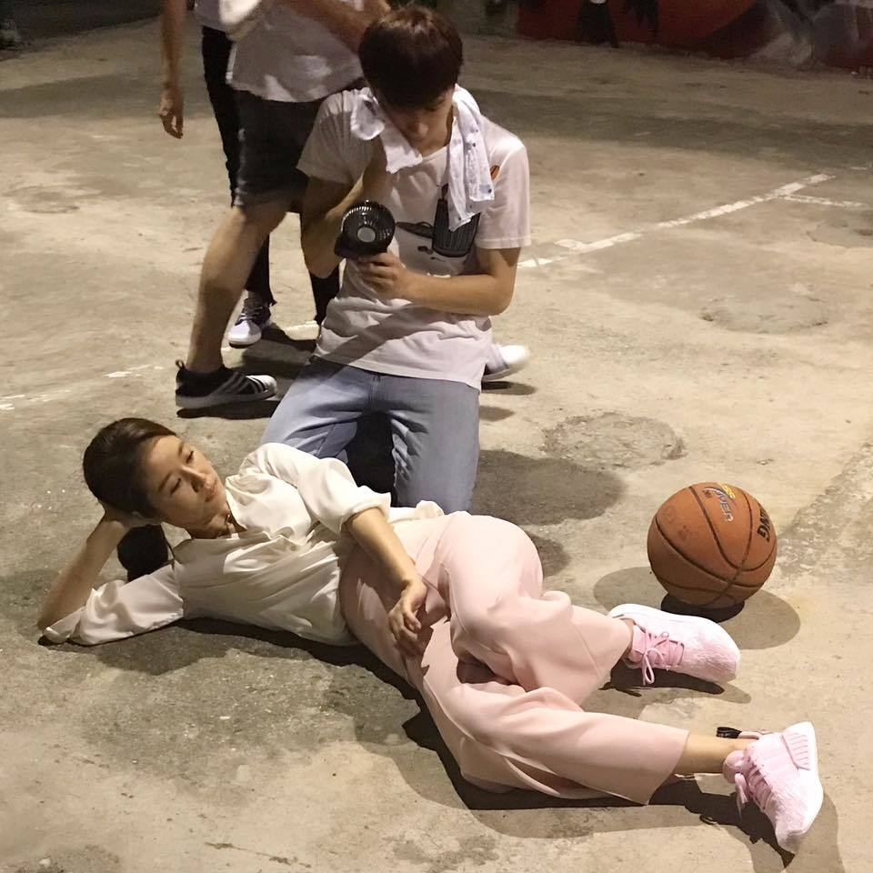 林心如晒近照秀美腿 打篮球也不忘凹造型