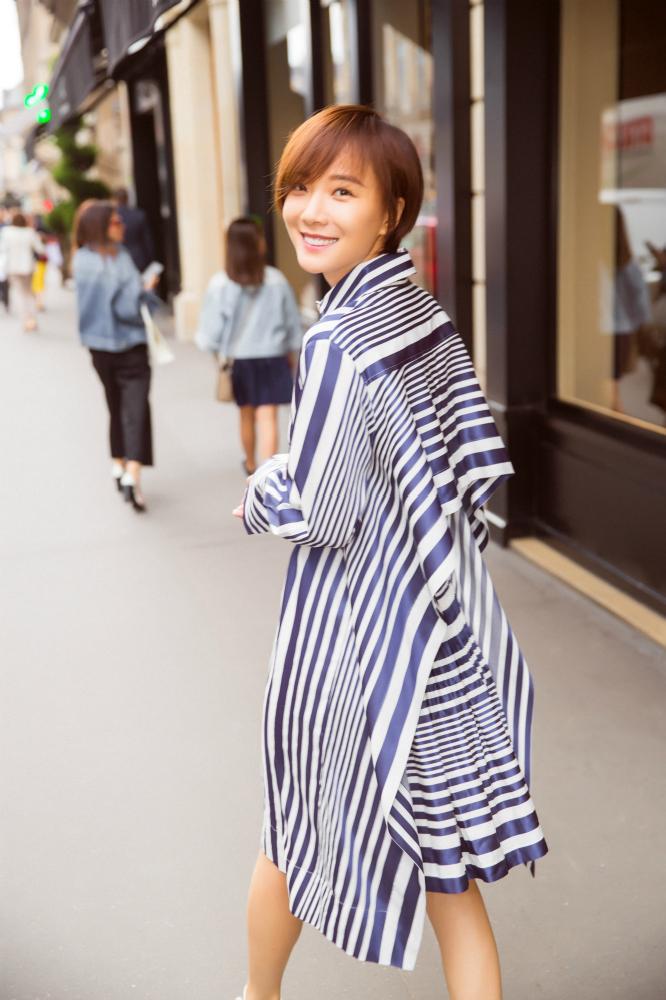 王珞丹街拍或浅笑或凝目 展现双面魅力
