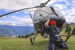 大力士扛起直升机半分钟破纪录