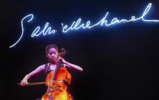 大提琴也能这么嗨!欧阳娜娜奏古典乐潮爆时尚圈