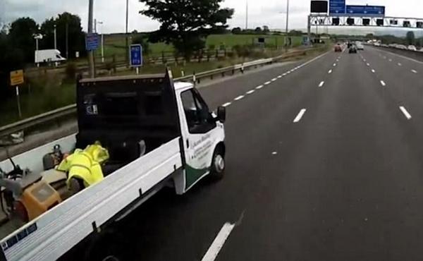 危险!英男子在高速行驶货车货斗中打盹
