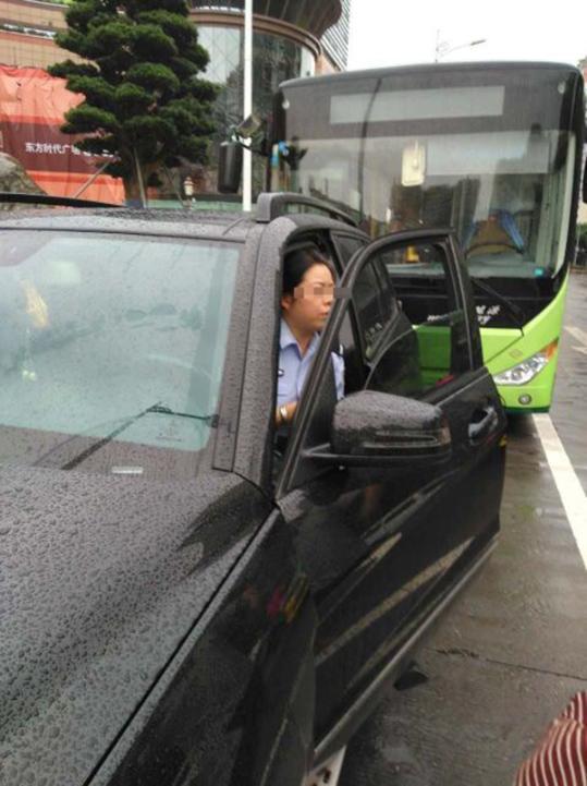 四川宜宾一女警开奔驰占道停车堵住公交 警方回应