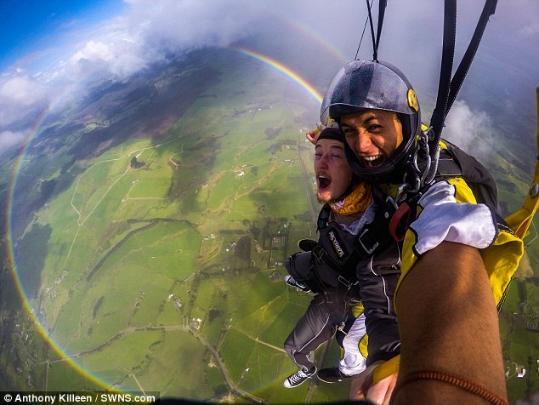 英国男子高空跳伞偶遇圆形彩虹