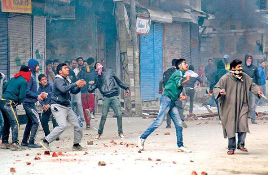 印度人民党议员被民众掷石块打伤 送医救治