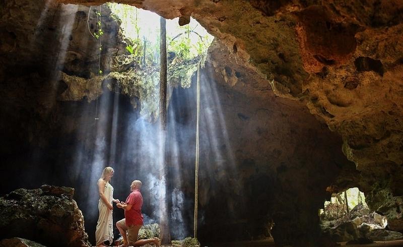 据悉,这对情侣在墨西哥度假时,埃里克选择在一个景色怡人的天然洞穴中,向26岁的女友嘉米?瑞娜?库科正式求婚。这一珍贵的时刻被埃里克当时雇用的摄影师全程拍摄下来。