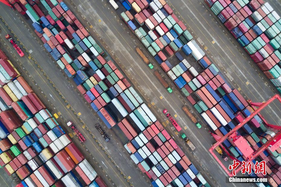 航拍江苏泰州港 集装箱罗列犹如彩色积木
