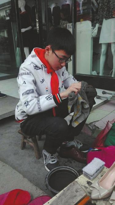 13岁少年帮父母摆摊擦鞋 每天给母亲按摩病足