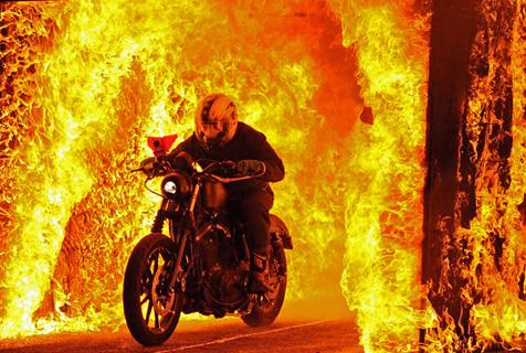 南非65岁老人驾驶哈雷穿越16米烈火通道