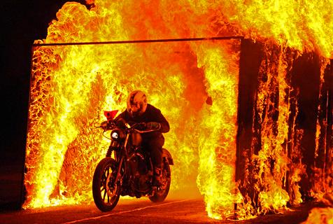 南非65岁老人驾哈雷穿越烈火通道
