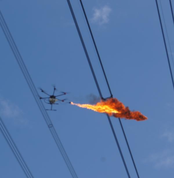 上海电网首用喷火无人机清除高压线飘挂物