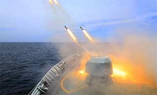 驱逐舰编队南海实弹演练倾泻炮火