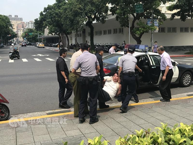 """快讯!台湾""""总统府""""前溅血,""""宪兵""""被砍伤!"""