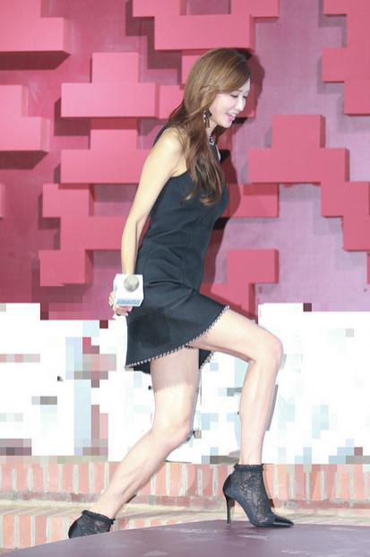 林志玲穿超短裙仍大跨步迈长腿