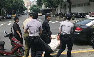 """台湾""""总统府""""前溅血:宪兵被砍"""
