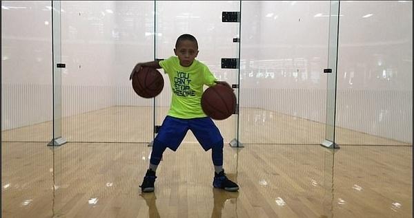 美7岁篮球神童花式炫技 精湛球技堪比球星