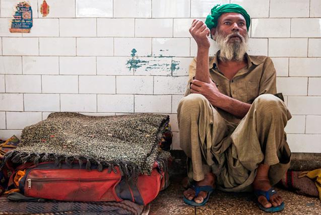 印度瘾君子生活现状:萎靡又悲惨