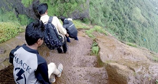 """印度一徒步团队冒险攀登700米高险峻""""天梯"""""""